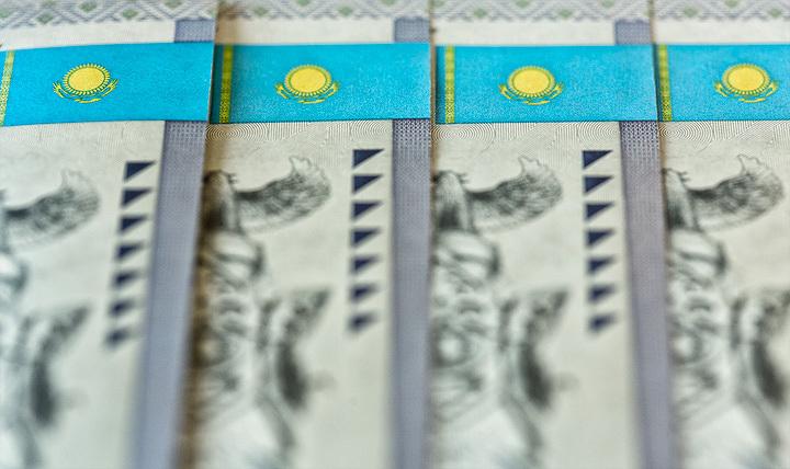 Тенге понизился до331,45 задоллар
