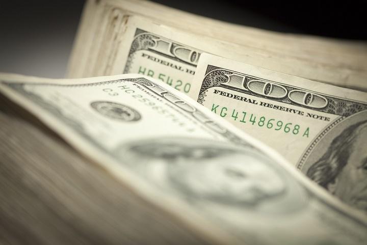 Вобменных пунктах Актау курс доллара снизился до337 тенге