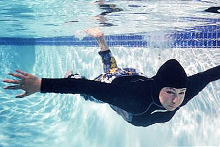 ВКаннах женщинам запретили появляться напляжах всплошных мусульманских купальниках