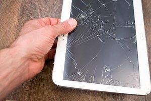 Депутат в России растоптал iPad из-за американских санкций