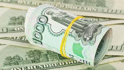 Курс евро упал ниже 70 руб. впервый раз сконца июля